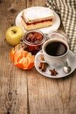 Zwarte koffie in kop voor ontbijt stock foto's