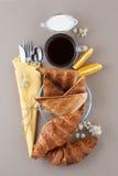 Zwarte koffie, melk, croissants en toostclose-up op een lichte bro Royalty-vrije Stock Foto's