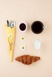 Zwarte koffie, melk, verse croissant en jam op lichtgele bedelaars Stock Afbeelding