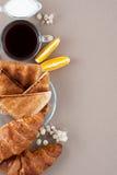 Zwarte koffie, melk, verse croissants en toosts aan de kant op a Royalty-vrije Stock Fotografie
