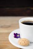 Zwarte koffie met biscotti Stock Afbeelding
