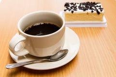 Zwarte koffie met cake Royalty-vrije Stock Foto's