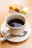 Zwarte koffie met cake Stock Afbeelding