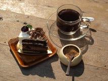 Zwarte koffie met chocoladecake Stock Foto's