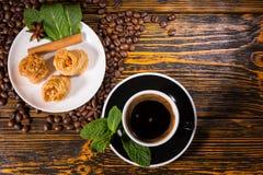 Zwarte Koffie met Gastronomische Gebakjes op Houten Lijst royalty-vrije stock foto's