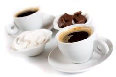 Zwarte koffie met suiker en chocolade royalty-vrije stock foto's