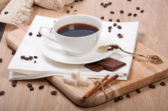 Zwarte koffie met suikerchocolade en kaneel Stock Afbeeldingen