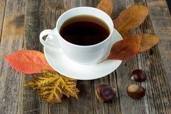 Zwarte koffie op de herfstbladeren Stock Foto's