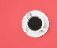Zwarte koffie op roze Stock Afbeelding