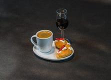 Zwarte koffie in witte kop, met croissants op schotel, likeur, p stock afbeeldingen