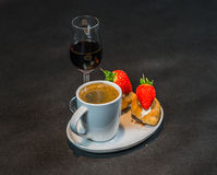 Zwarte koffie in witte kop, met croissants op schotel, likeur, s stock fotografie