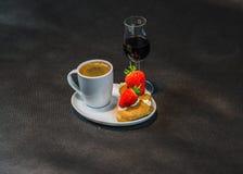 Zwarte koffie in witte kop, met croissants op schotel, likeur, s stock foto's