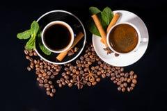 Zwarte Koffie in Zwart-witte Koppen met Bonen Royalty-vrije Stock Foto's