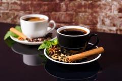 Zwarte Koffie in Zwart-witte Koppen met Kruiden Royalty-vrije Stock Foto's