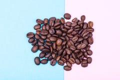 Zwarte koffiebonen op heldere pastelkleurachtergrond Royalty-vrije Stock Fotografie