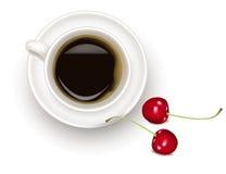 Zwarte koffiekop met kersen. Stock Afbeelding