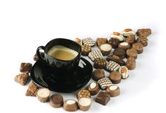 Zwarte koffiekop met schuim op chocolade. Stock Afbeeldingen