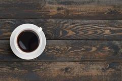 Zwarte koffiekop op de donkere houten mening van de lijstbovenkant Royalty-vrije Stock Afbeeldingen