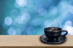 Zwarte koffiekop op houten Royalty-vrije Stock Foto's