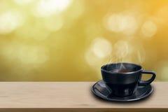 Zwarte koffiekop op houten Stock Afbeelding