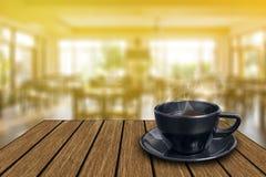 Zwarte koffiekop op uitstekende houten Royalty-vrije Stock Afbeeldingen