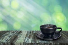 Zwarte koffiekop op uitstekende houten Stock Afbeelding