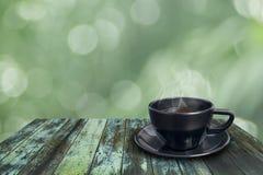 Zwarte koffiekop op uitstekende houten Royalty-vrije Stock Foto's