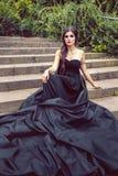 Zwarte koningin in balkleding op de stappen van paleis stock fotografie