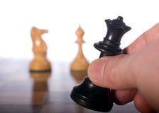 Zwarte koningin die op schaakbord wordt bewogen Royalty-vrije Stock Afbeeldingen