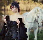 Zwarte koningin met reusachtig zuiver wit paard Royalty-vrije Stock Foto