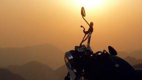 Zwarte Koninklijke Enfield-motorfiets in de Zonsondergang Himalayagebergte in India Royalty-vrije Stock Fotografie
