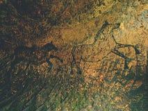 Zwarte koolstofpaarden op zandsteenmuur Verf van de jacht, voorhistorisch beeld Royalty-vrije Stock Fotografie