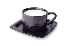 Zwarte kop met melk die op wit wordt geïsoleerde Royalty-vrije Stock Foto