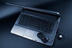 Zwarte laptop en zwarte muis Stock Afbeeldingen