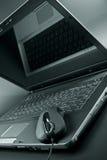 Zwarte laptop en zwarte muis Royalty-vrije Stock Foto
