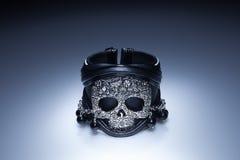 Zwarte leerarmband met de tegenhanger van de metaalschedel en zwarte stenen Stock Fotografie