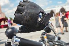Zwarte leerhandschoen op sturen royalty-vrije stock fotografie