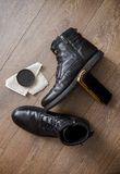 Zwarte leerschoenen op een houten vloer Stock Afbeeldingen