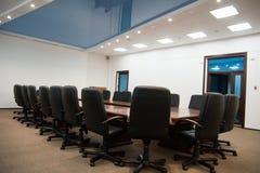 Zwarte leerstoelen met een lijst Stock Foto