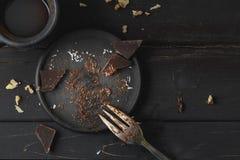 Zwarte lege plaat met cake hierboven resten van royalty-vrije stock foto