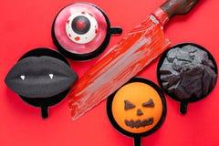 Zwarte lippen met vampierhoektanden, een gescheurd oog, een onheilspellende pompoen en een zwarte berg Enge de moussecake van Hal stock afbeelding