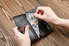 Zwarte man portefeuille in mensenhanden Stock Foto's