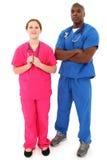 Zwarte Mannelijke Arts met Jonge Witte Vrouwelijke Verpleegster Stock Afbeelding