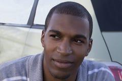Zwarte mannelijke model ernstig kijkt omhoog dicht portret Stock Afbeelding