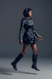 Zwarte mannequin die modieuze garderobe dragen Stock Foto
