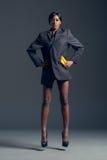 Zwarte mannequin die modieuze garderobe dragen Stock Fotografie