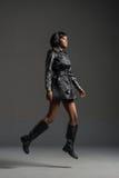 Zwarte mannequin die modieuze garderobe dragen Royalty-vrije Stock Afbeeldingen