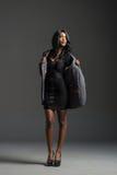 Zwarte mannequin die modieuze garderobe dragen Stock Afbeeldingen