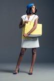 Zwarte mannequin die modieuze stewardgarderobe dragen Stock Foto