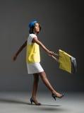 Zwarte mannequin die modieuze stewardgarderobe dragen Stock Foto's